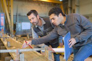 Un apprenti en formation dans le cadre de son contrat d'apprentissage.